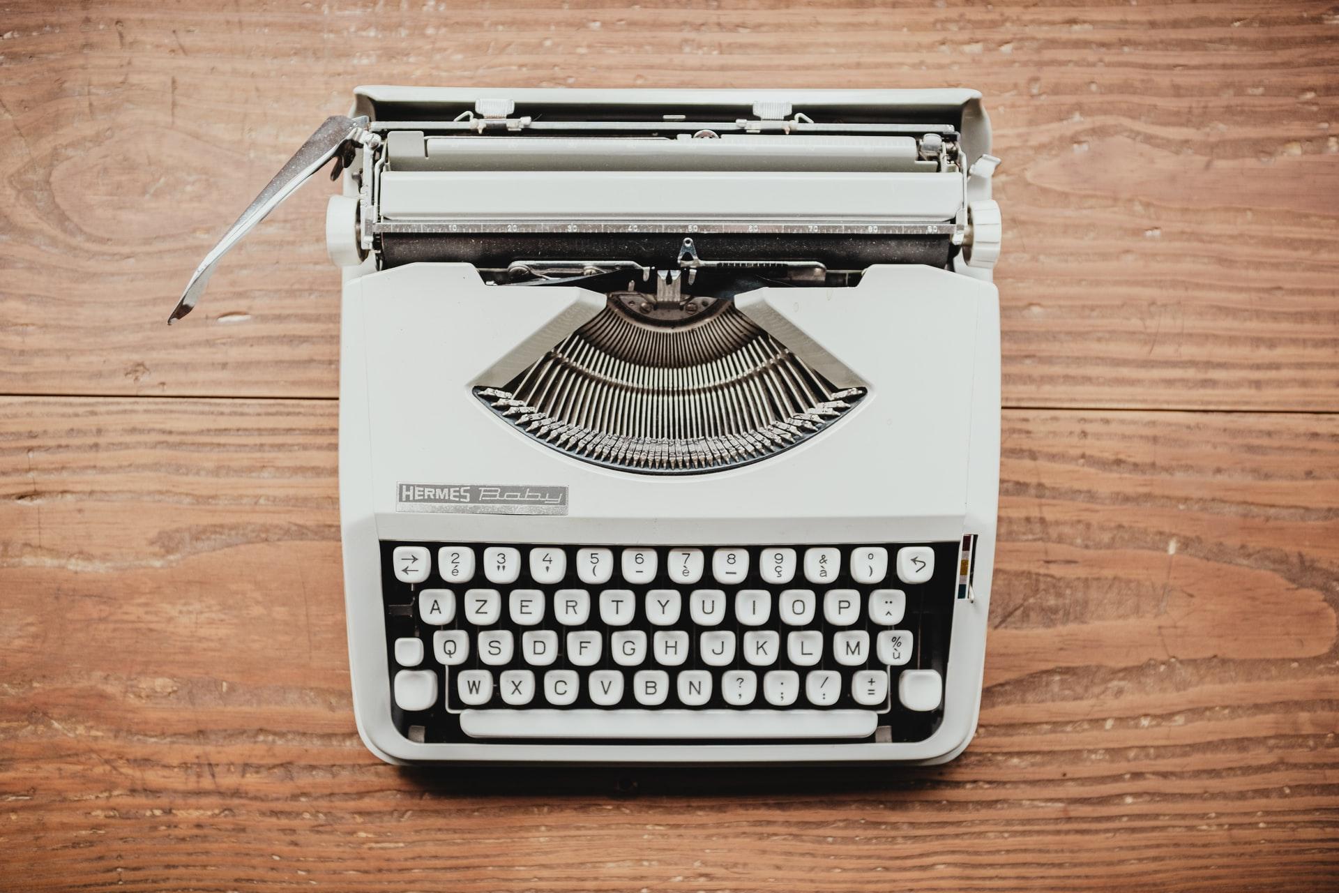 Eine Schreibmaschine auf einem Holztisch